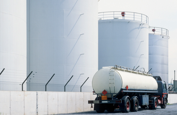 Accurately monitor offloading from a truck bay for hydrocarbon fluids